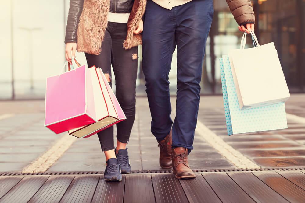 facet i dziewczyna na zakupach
