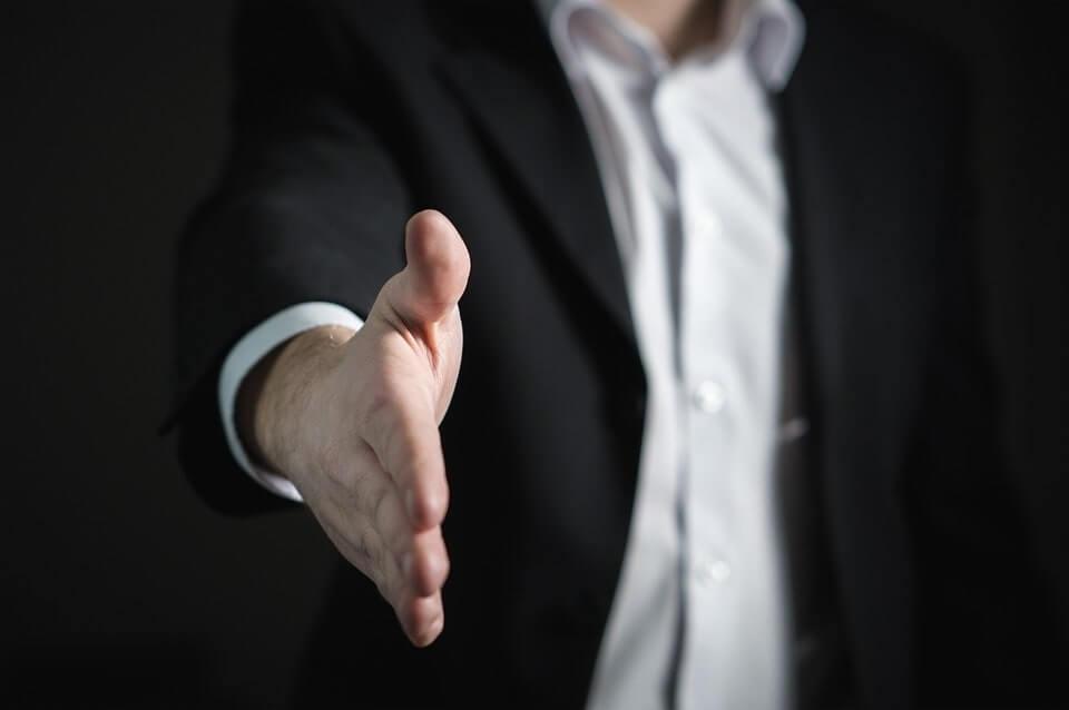 mężczyzna podający dłoń