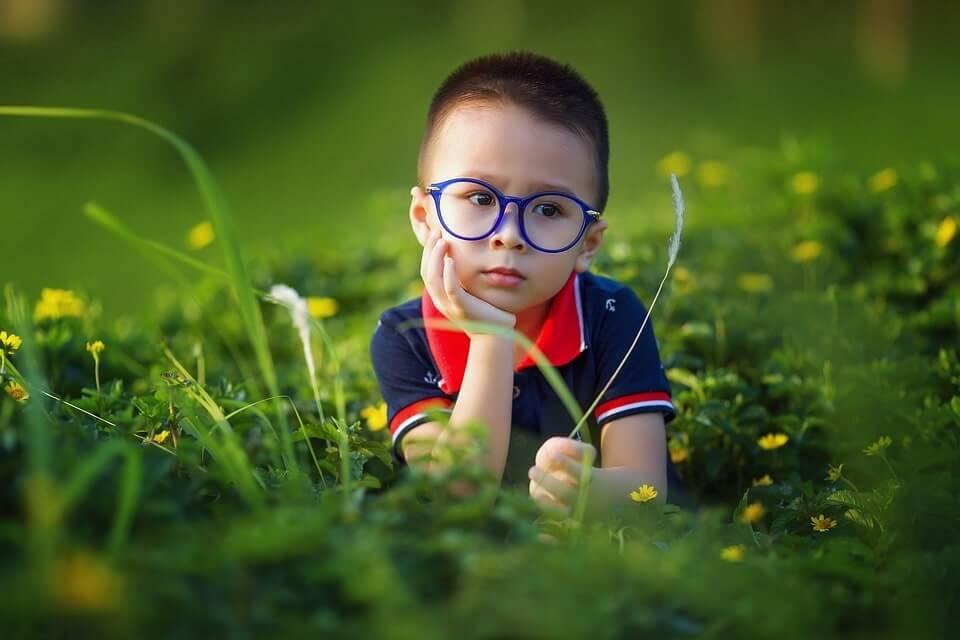 dziecko chłopczyk w okularach