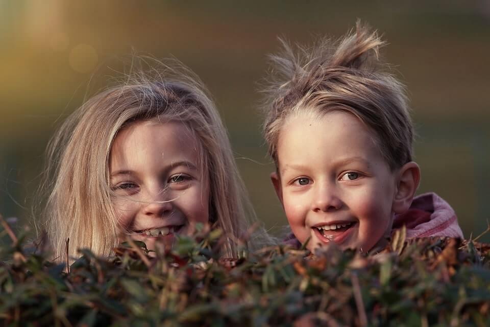 dzieciaki chłopczyk i dziewczynka
