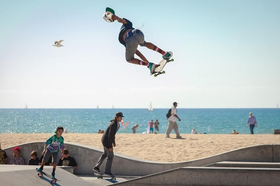 dzieci i nastolatki nad morzem na skejbordzie