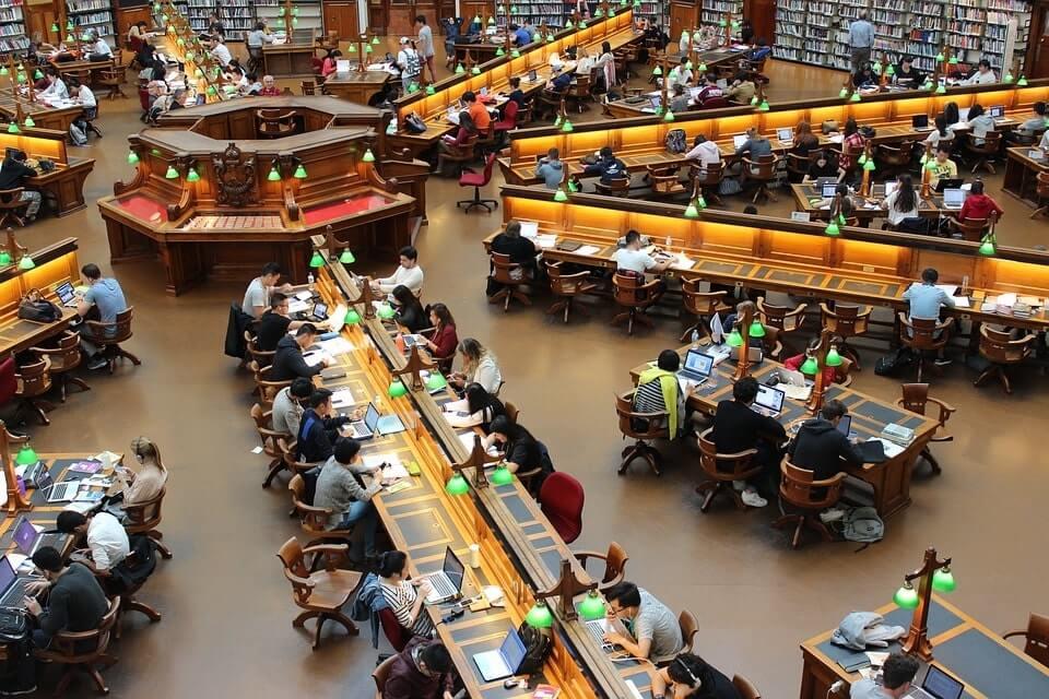 studenci w bibliotece na uniwersytecie przy komputerach