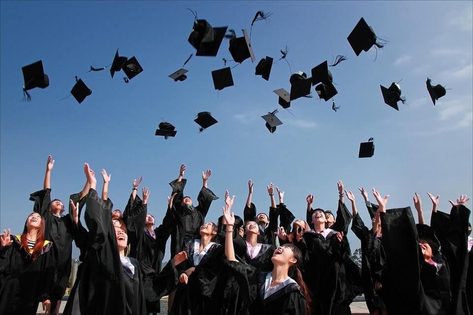 studenci abiturienci uczelni wyższej radosni