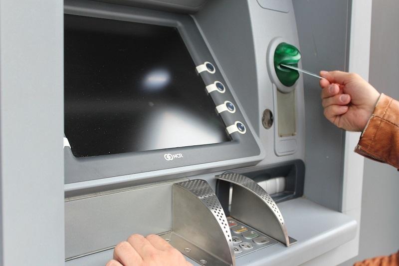 Karta debetowa lub karta kredytowa?