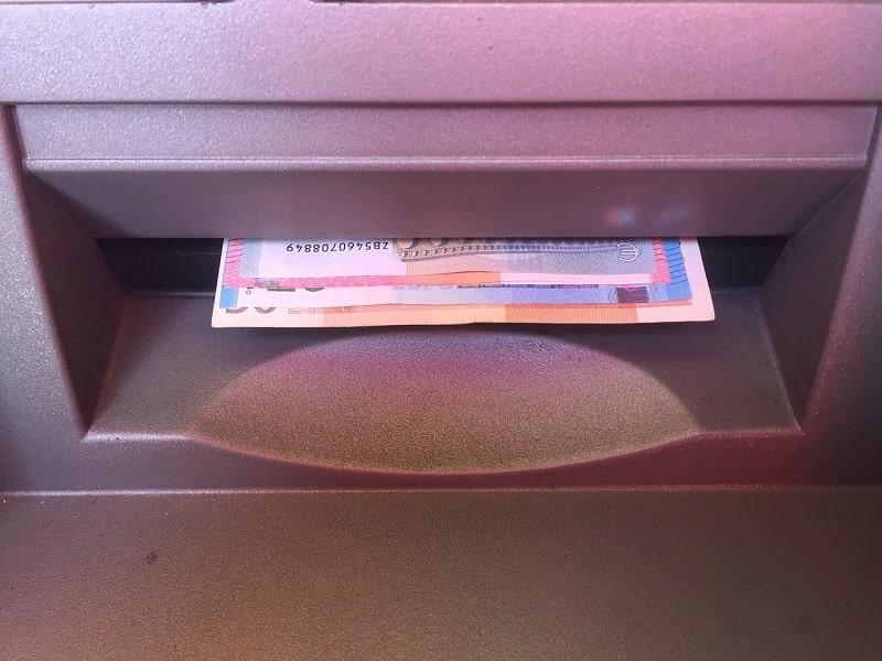Czy można i warto wypłacać gotówkę w bankomatach?