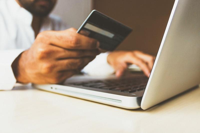 Jak zaoszczędzić za granicą za pomocą karty bankowej?