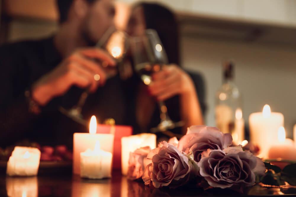 Romantyczna kolacja i kwiaty