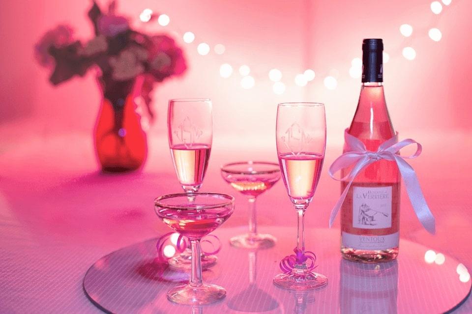 butelka szampana i kieliszki